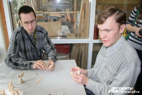 В деревообрабатывающей мастерской «Благого дела» инвалиды не только изготавливают уникальные вещи, но и проходят реабилитацию.