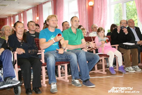«Уральские пельмени» не удержались и тоже взяли в руки музыкальные инструменты.
