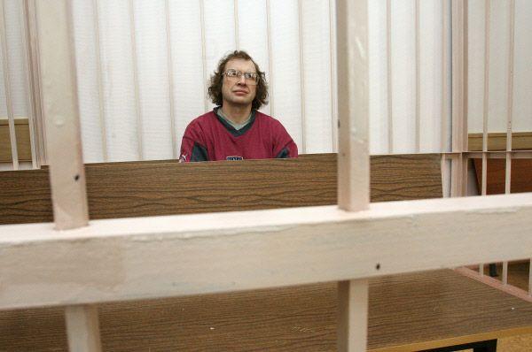 После лишения Мавроди мандата следственные органы начали расследовать деятельность «МММ» и объявили главу пирамиды в общероссийский и международный розыск. Мавроди до 2003 года скрывался в Москве, однако в итоге был арестован. В апреле 2007 года Чертановский суд приговорил Мавроди к четырём с половиной годам лишения свободы, но подсудимый к этому моменту уже отбыл почти весь срок в СИЗО.