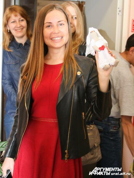 Юлии Михалковой особенно приглянулась зайчиха-невеста, созданная руками швей-мастериц.