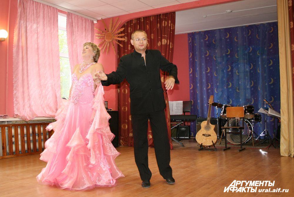 Лишенный слуха танцор уверенно вел партнершу во время исполнения венского вальса.