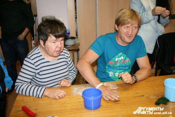 Андрей Рожков тоже взял урок работы с шерстью.