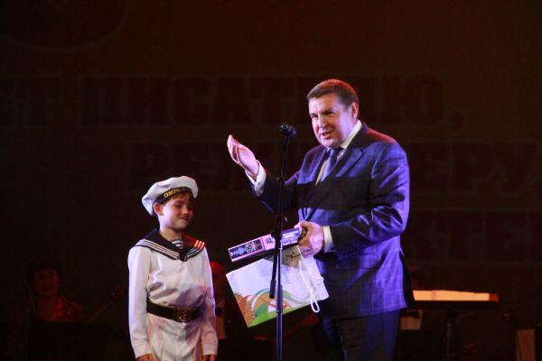 Замминистра культуры РФ Николай Малаков также сделал подарок талантливому ребенку.