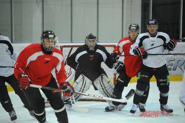 Омские хоккеисты активно готовятся к предстоящим играм.