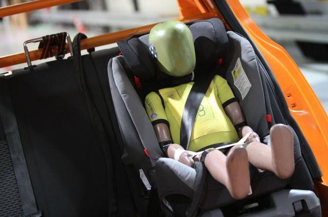 Водителям напоминают о важности перевозить детей в автокреслах.