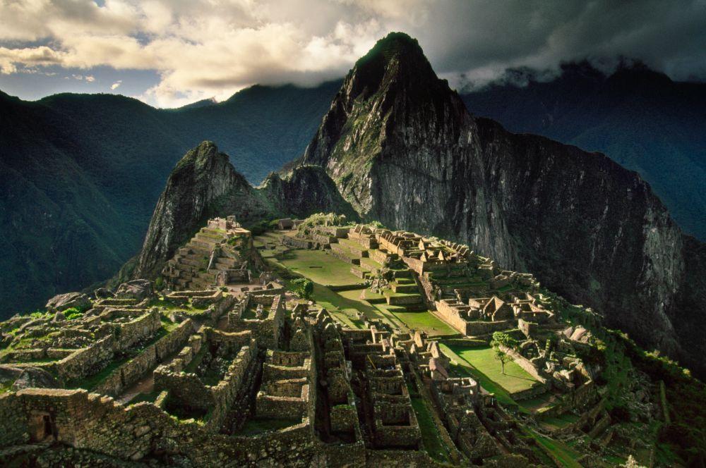 На языке индейцев кечуа «Мачу-Пикчу» означает «старая гора». Город построен вблизи горы Уайна-Пикчу – «молодая гора». Однако наименование Мачу-Пикчу – идея современных перуанцев, в то время как историческое название города мы вряд ли когда-либо узнаем.
