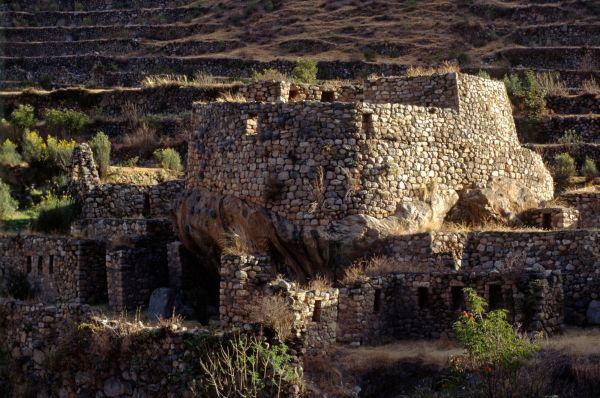 Учёные заявляют, что Мачу-Пикчу состоит из двухсот строений. Сам город расположен на вершине горы на высоте 2057 метров.