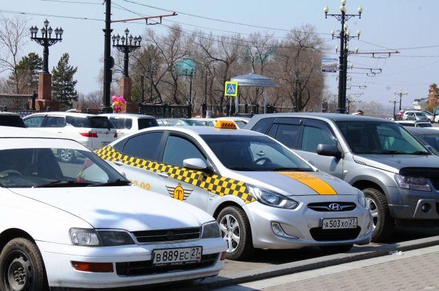 Посередине - машина одной из немногих в Хабаровске легальных фирм