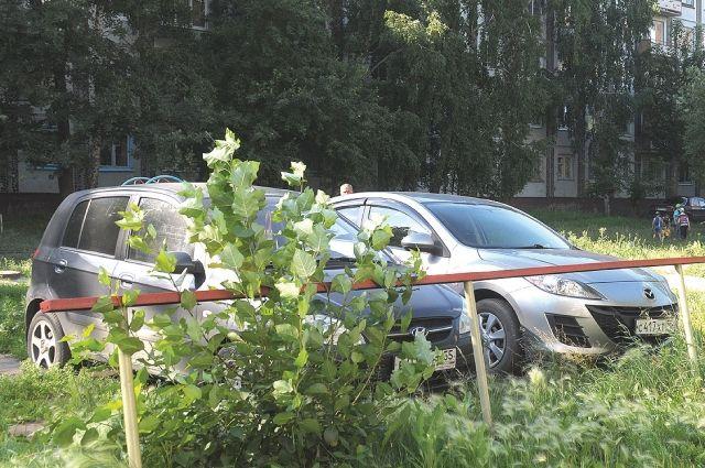 Люди уже привыкли видеть автомобили, паркующиеся на газоне.
