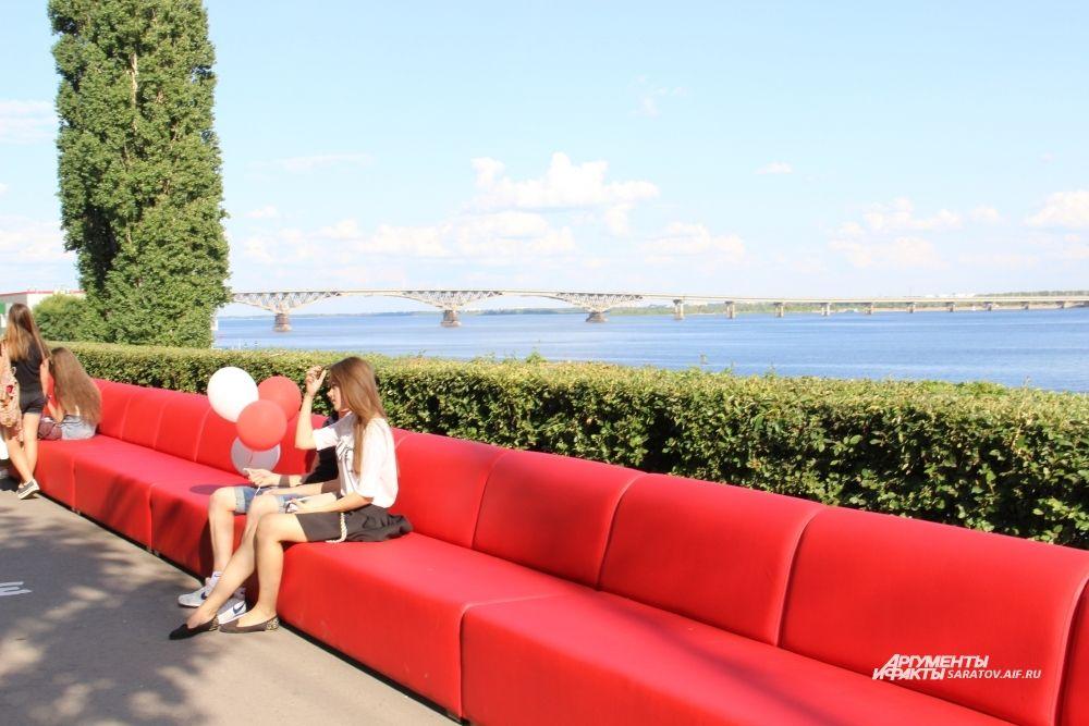 Саратовцы с удовольствием тестировали диван, благодаря которому их город попал в Книгу рекордов Гиннесса