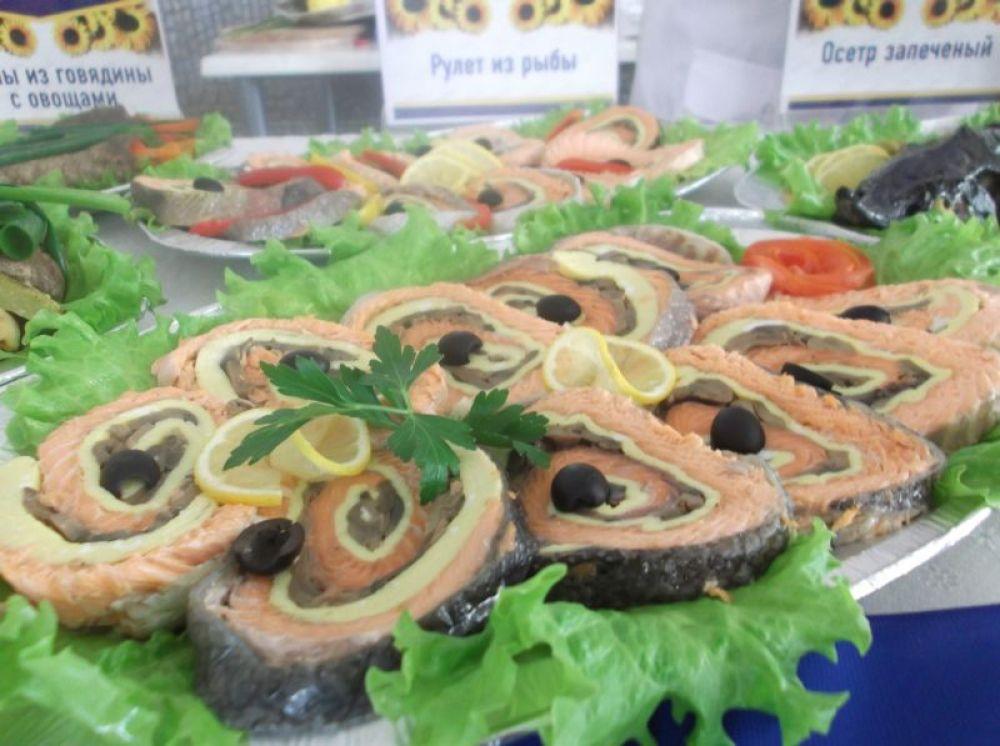 Столы ломились от разных вкусностей: рыба, мясные блюда, кулинарные изделия, десерты