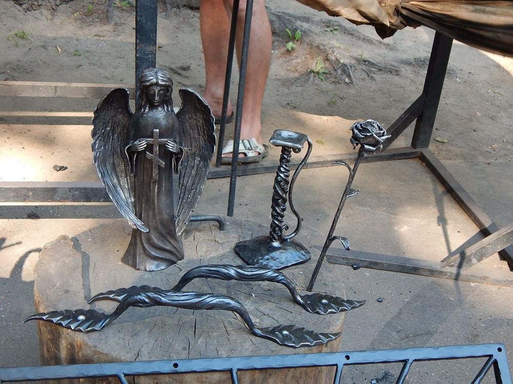 Скульптуры местных кузнецов