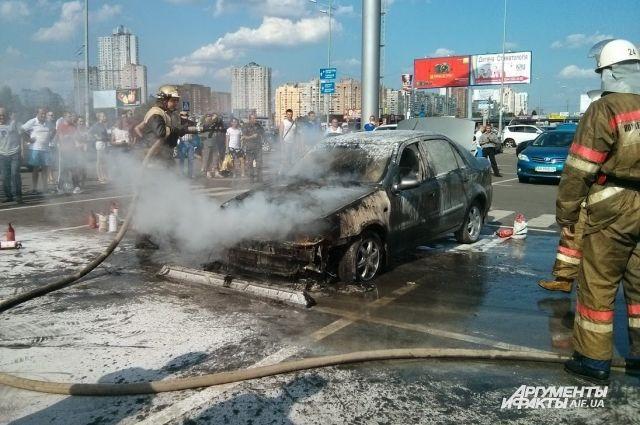 Спасатели ликвидируют огонь в авто