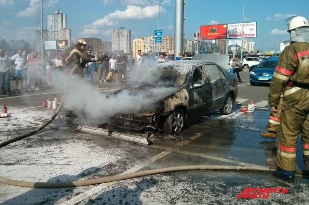 На Позняках в Киеве сгорел Geely