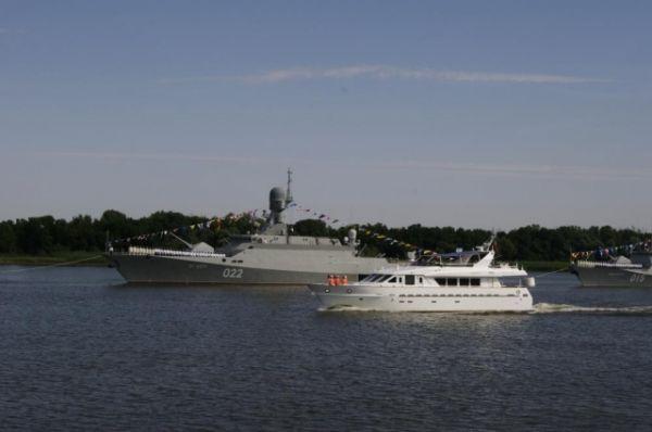 Командующий флотилией поздравляет экипажи с праздником.
