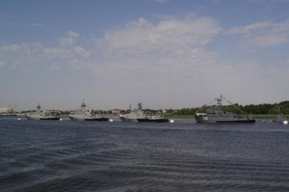 Корабли застыли в парадном строю.