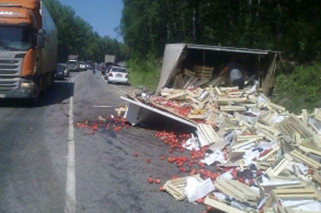 Весь товар был разбросан по дороге после ДТП.