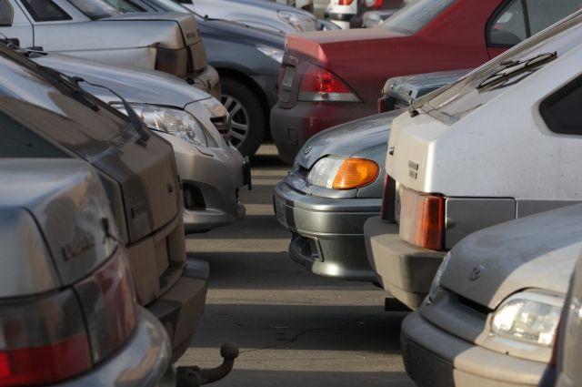 За место на парковке бороться кулаками готовы даже девушки.