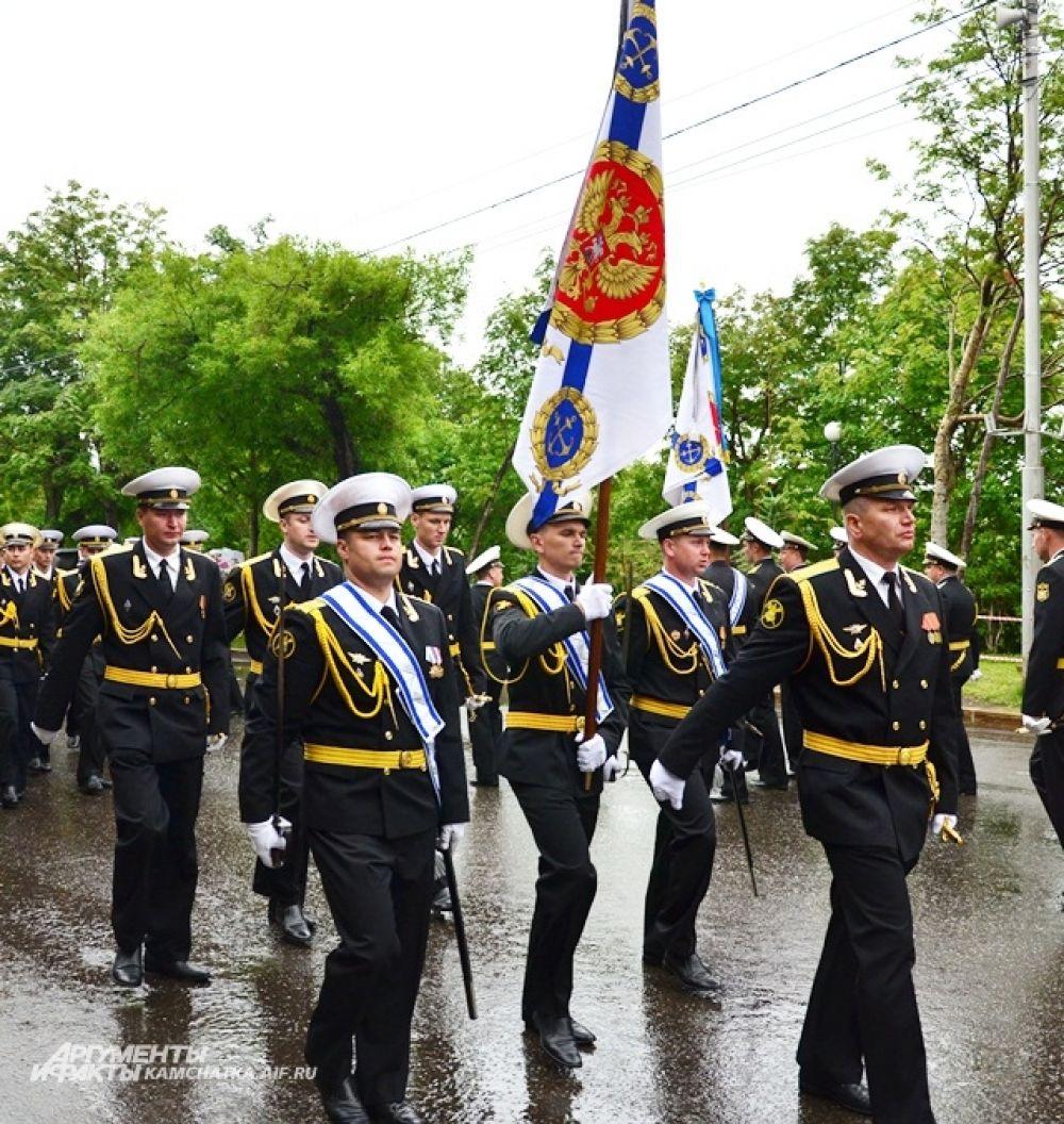 Парад начался. Его принимал командующий Войсками и Силами на Северо-Востоке РФ контр-адмирал Виктор Лиина.