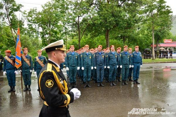 Спасательные операции на море требуют особой подготовки. Военнослужащие МЧС готовы к любым трудностям.