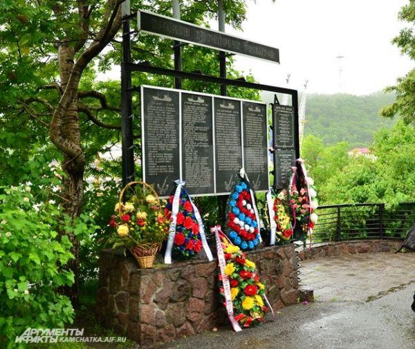 В этот день традиционно возлагают цветы не только у памятников военных моряков. Памятник погибшим рыбакам.