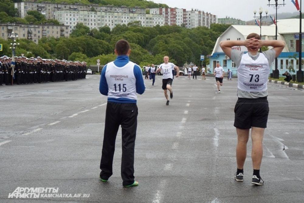 После торжественной части военные моряки приняли участие в эстафете...