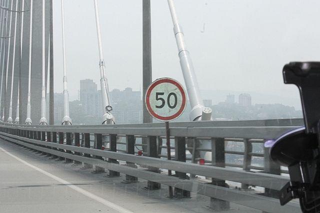 На время ремонта Золотого моста скорость движения ограничили.