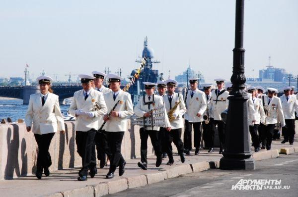 Военный оркестр торопится на праздник