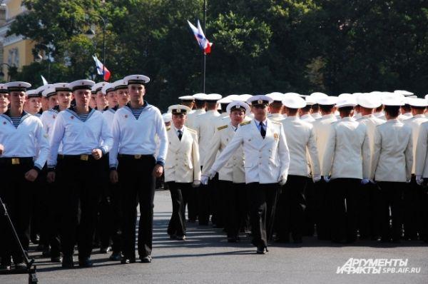 Проход военных моряков на набережной