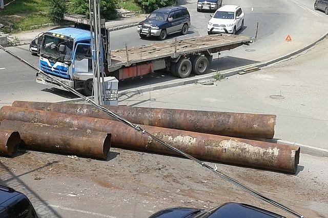 В поворот с трубами вписаться грузовику не удалось.