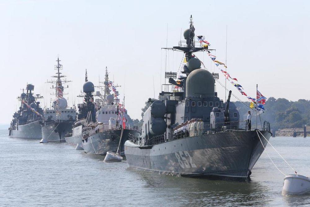 Перед восторженной публикой предстали 30 кораблей, катеров, подводных лодок, судов обеспечения и свыше 10 самолётов и вертолётов морской авиации Балтийского флота.