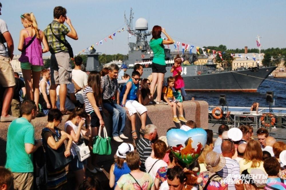 Петербуржцы собрались на набережной, чтобы увидеть парад военных кораблей