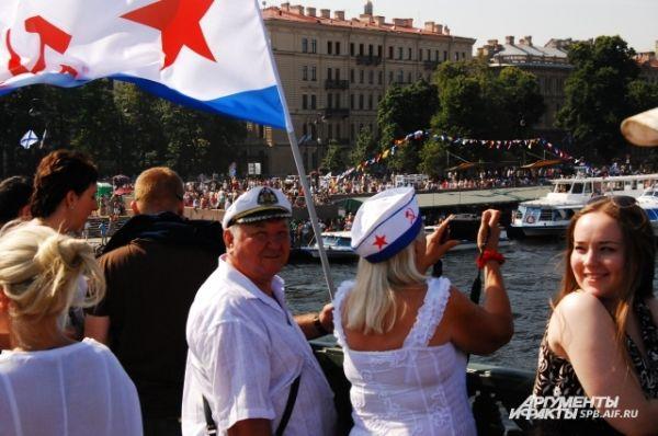 Петербуржцы смотрят парад кораблей