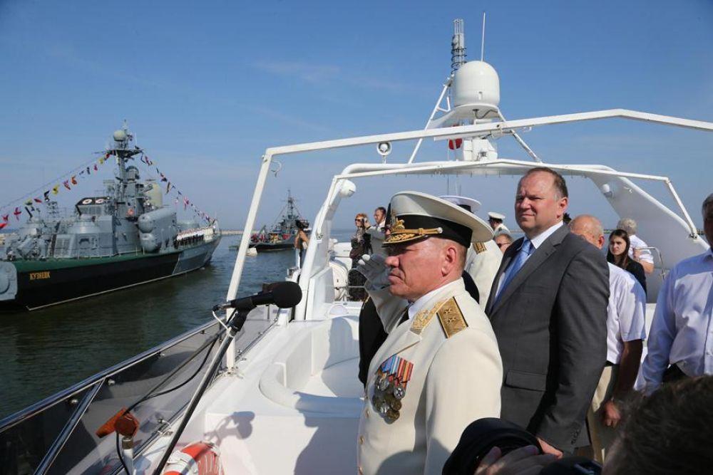 Парад принимал командующий, вице-адмирал Виктор Кравчук.