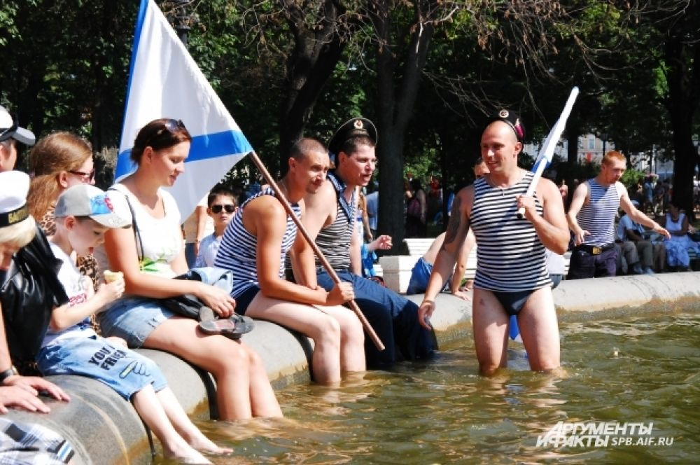 Купание в фонтанах в День ВМФ стало уже традицией