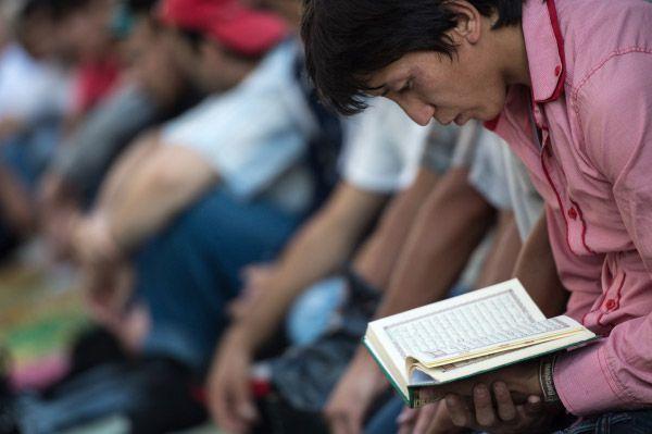 В Ураза-байрам мусульмане приглашают в гости соседей, накрывают праздничный стол, где главным блюдом является мясо.