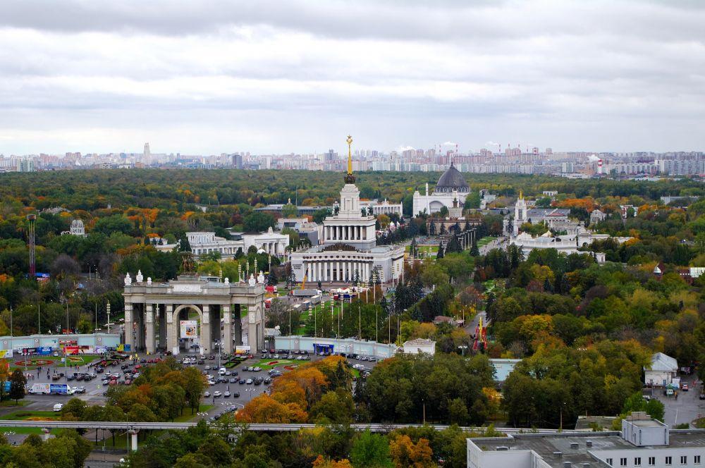 Для аэрофотосъёмок также часто используются плёнки с очень малой деформацией. На фото: ВВЦ, Москва.