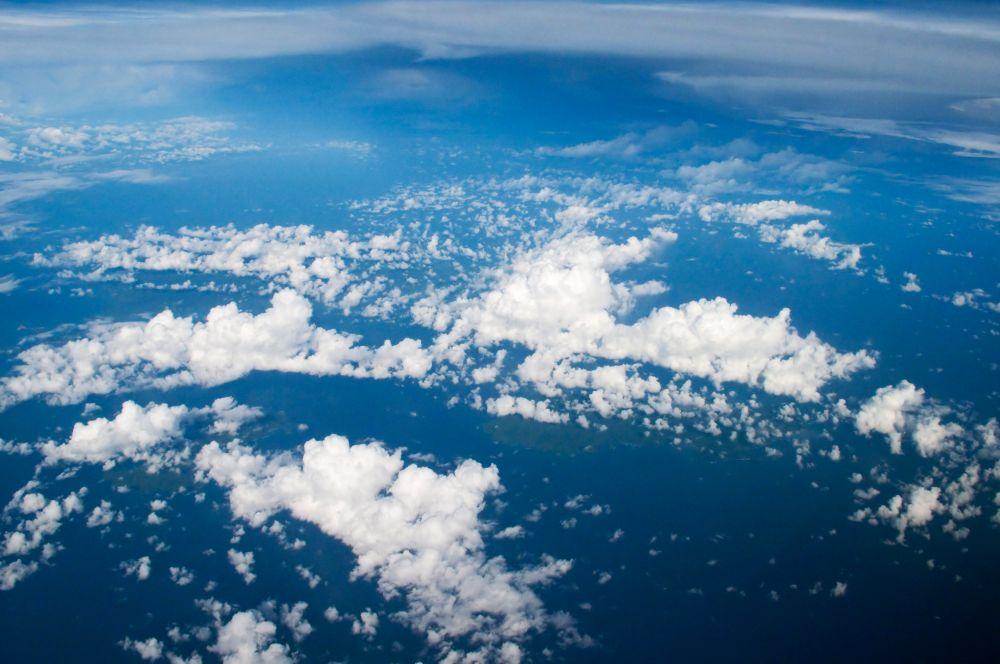 Энтузиастом коммерческой аэрофотосъёмки является Шерман Фэйрчайлд, чья компания занималась производством самолётом для высокогорной местности. На фото: облака над Кубой.