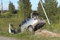 Машина слетела с дороги и врезалась в дорожный знак.