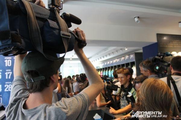 Представители СМИ ожидают прибытия Гарая