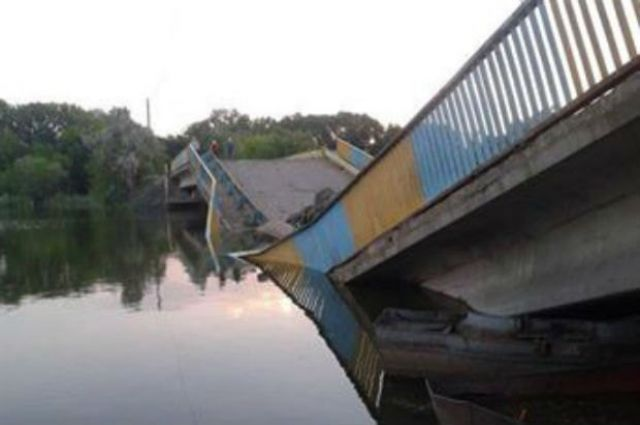 Один из взорванных боевиками мостов на Донбассе
