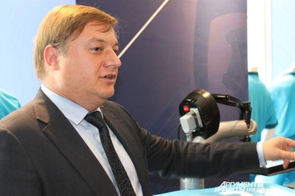 Пресс-аташе «Зенита» Евгений Гусев показывает, как правильно наносить номер на футболку