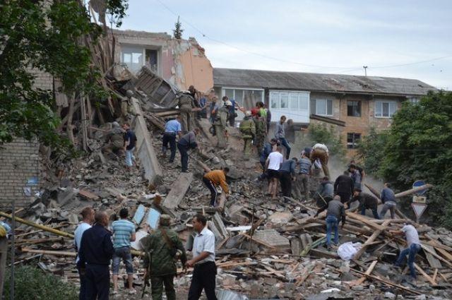 Дом, обстрелянный Градами, в одном из городов Донбасса