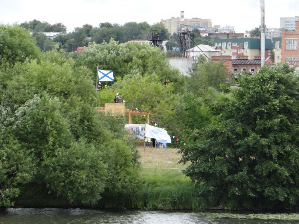 Живут юные спортсмены в палаточном лагере на острове.
