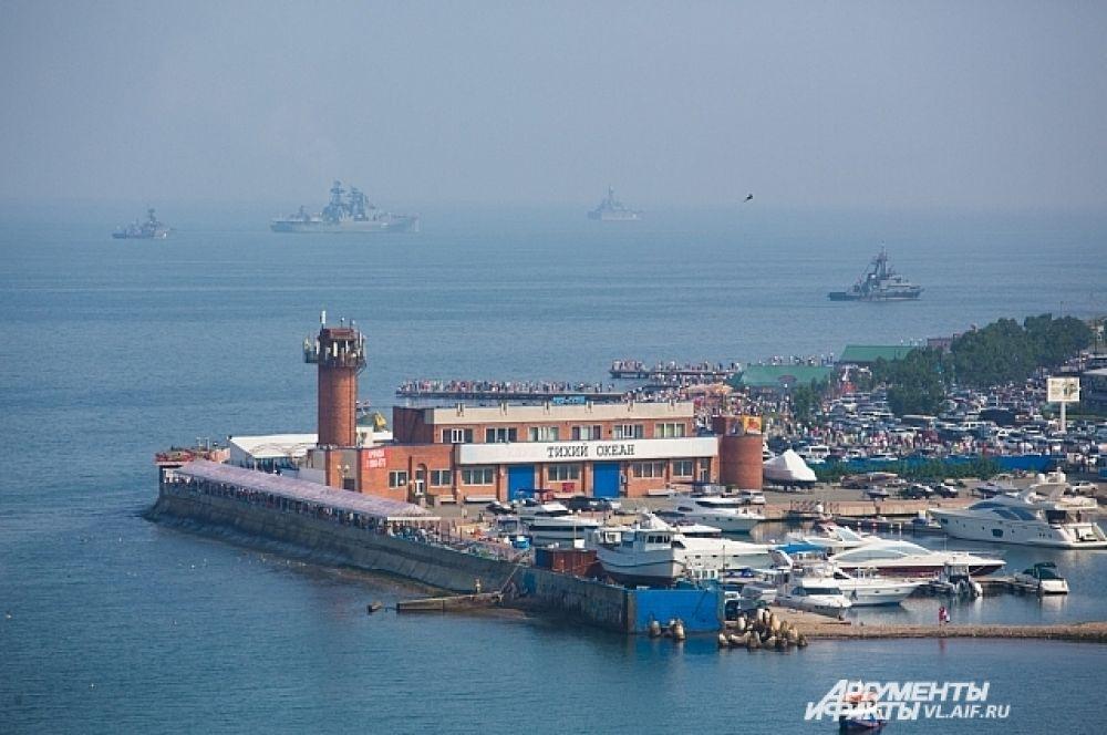 На внешнем рейде в праздничном строю - корабли ТОФ.