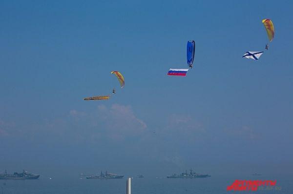...в небе парили парашютисты...