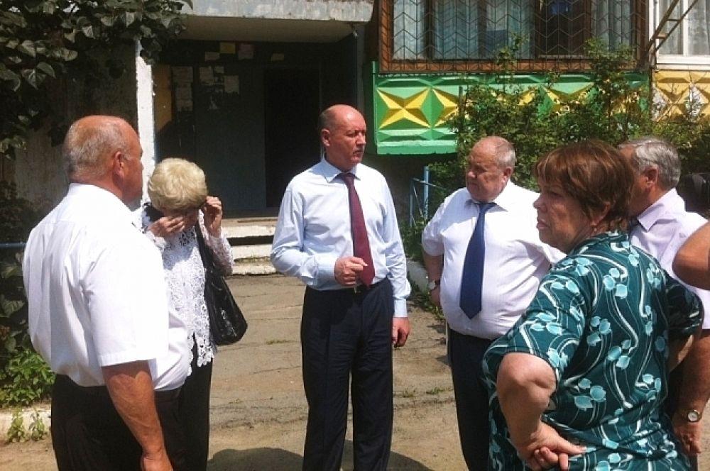 Александр Костенко по поручению главы региона разбирался с проблемами жильцов по улице Ленина.