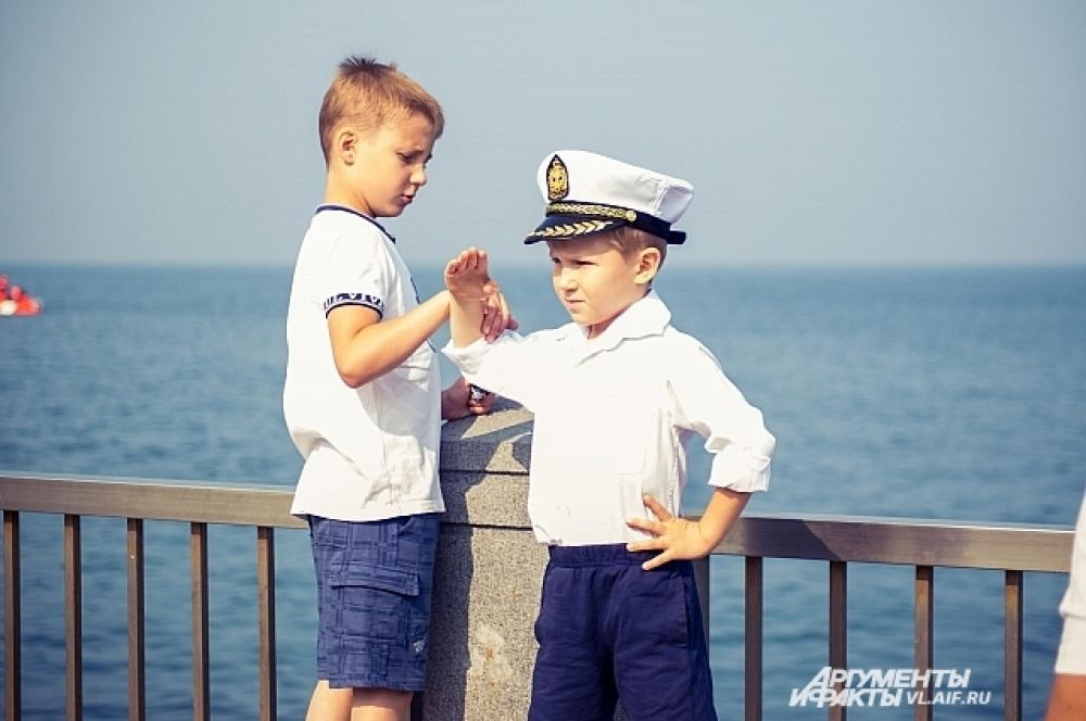 Учись правильно прикладывать руку, брат!