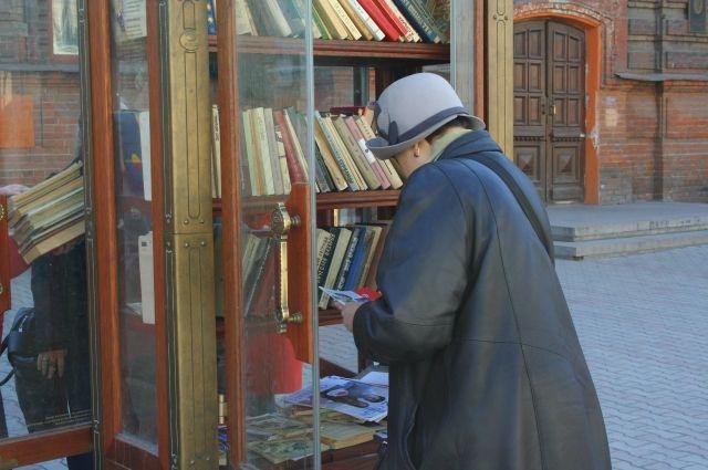 В книжном шкафу найдётся литература на любой вкус.