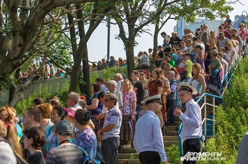 Зрители занимали всё свободное пространство около водной станции ТОФ.